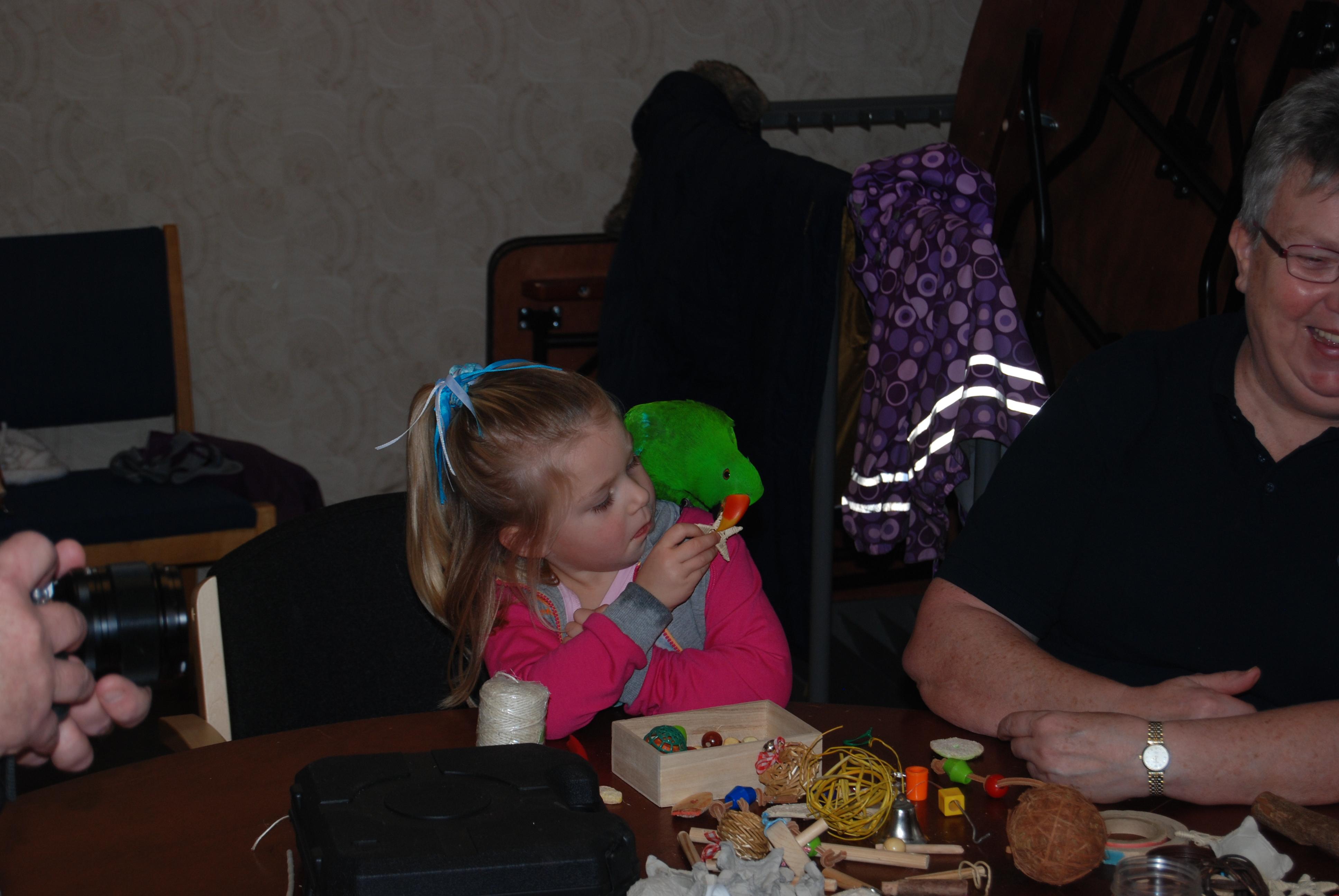 Linnea får hjälp med pysslet
